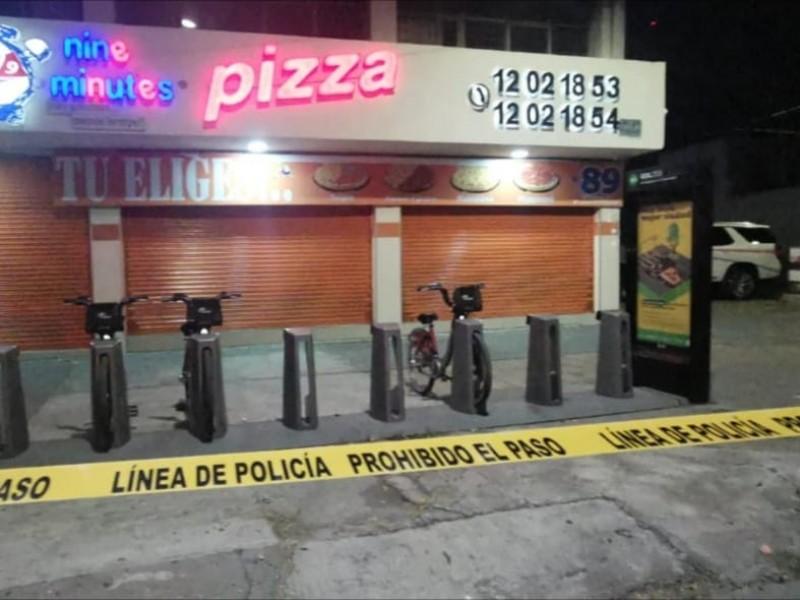 Tres detenidos en balacera por asalto a pizzería