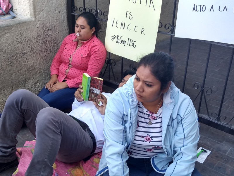 Tres maestros en huelga de hambre les deben