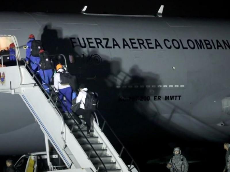 Tres mexicanos regresan al país desde Wuhan, China