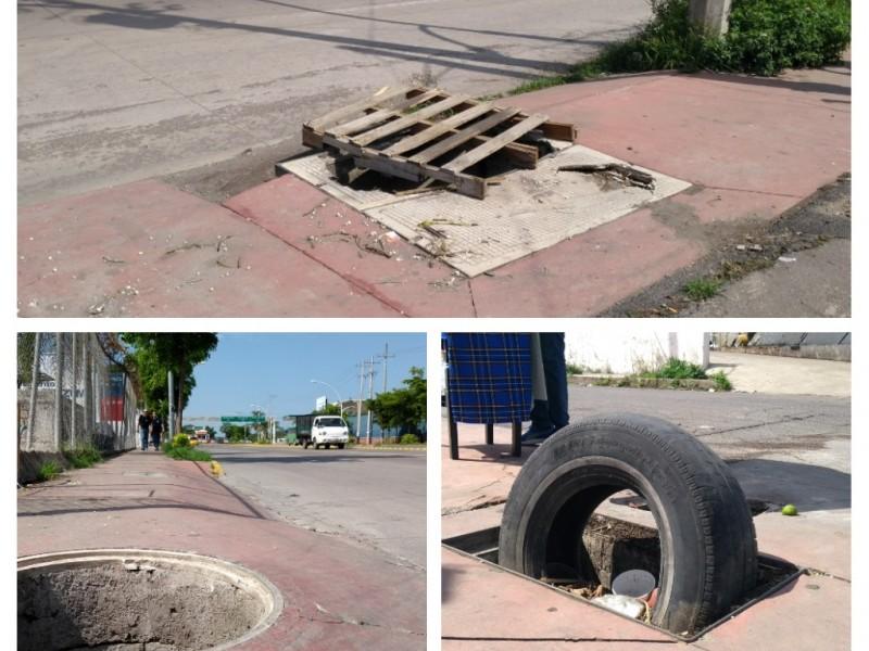 Triple riesgo en banqueta del Bulevar Aguamilpa