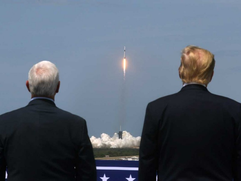Trump atestigua despegue de SpaceX desde Centro Espacial Kennedy