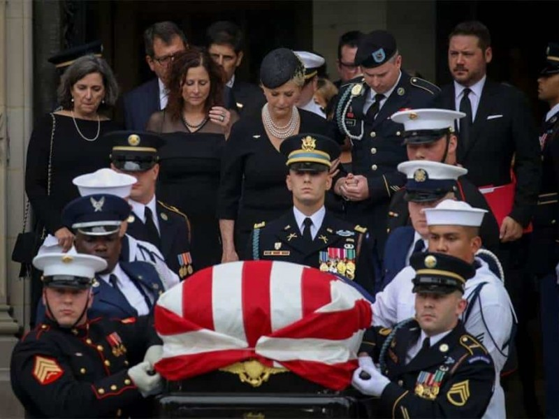 Trump recibe críticas durante funerales de McCain