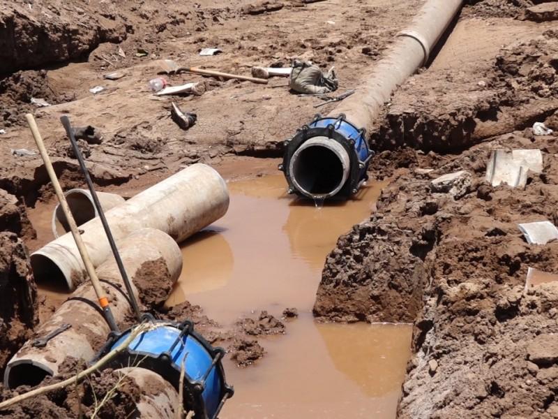 Tubería reventada deja sin agua a personas estando a 40°