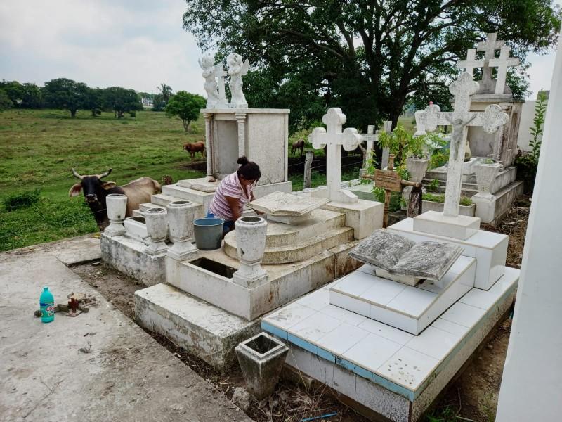 Tumbas olvidadas en panteón de Santiago de la Peña