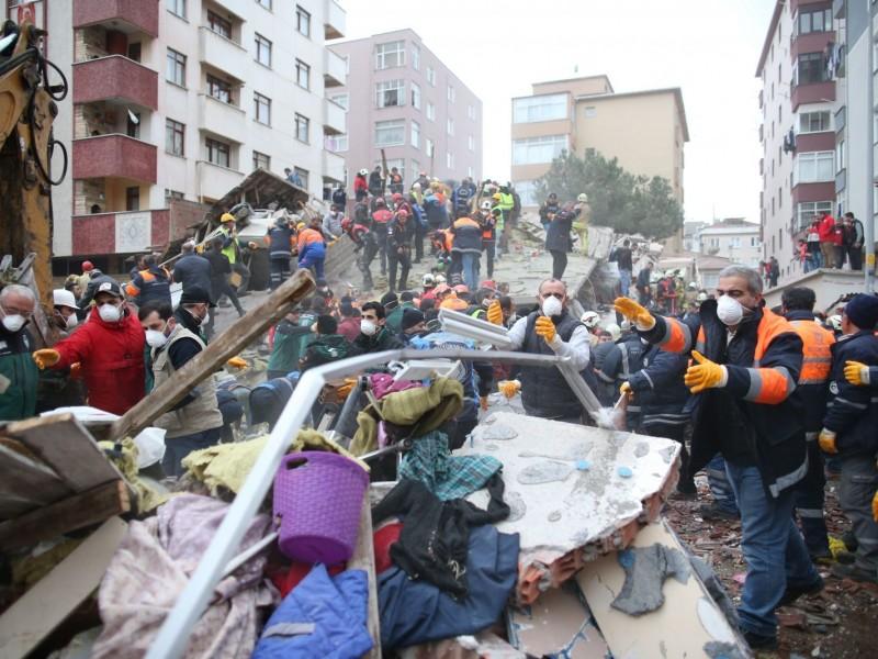 Turquía: Suman 14 muertos por caída de edificio