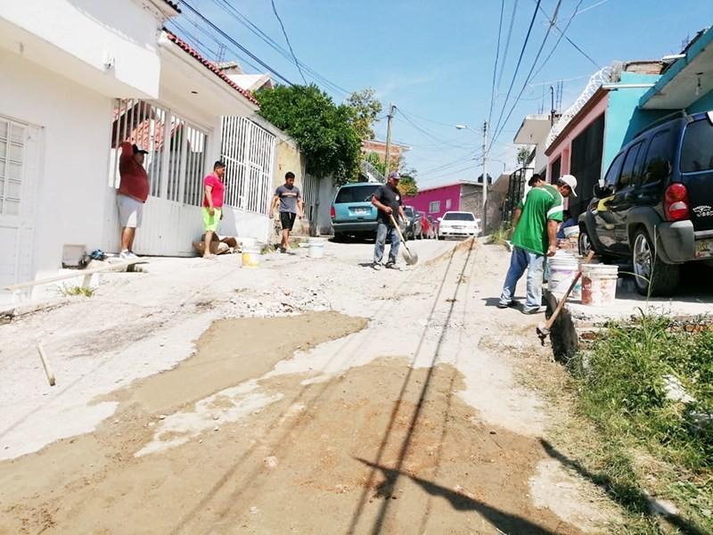 Tuxtlecos realizan trabajos de rehabilitación de calles