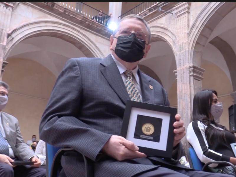UAQ entregó la Medalla a la Trayectoria Docente a 15