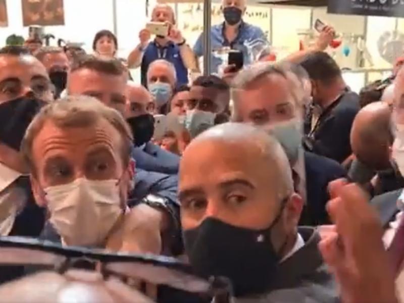 Video: Joven lanza un huevo a Macron en una feria