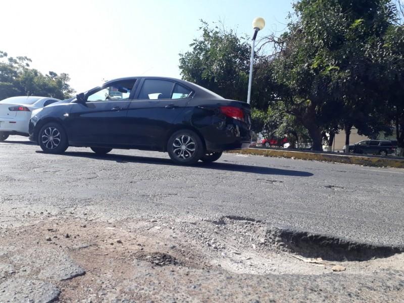 Un mes sin reparar bache en avenida Universidad