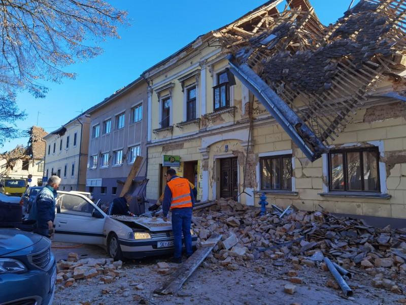 Un muerto y edificios derrumbados tras fuerte sismo en Croacia