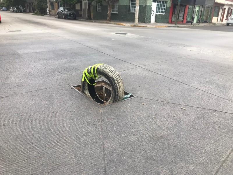 Un peligro registro sin tapa en avenida La Fragua