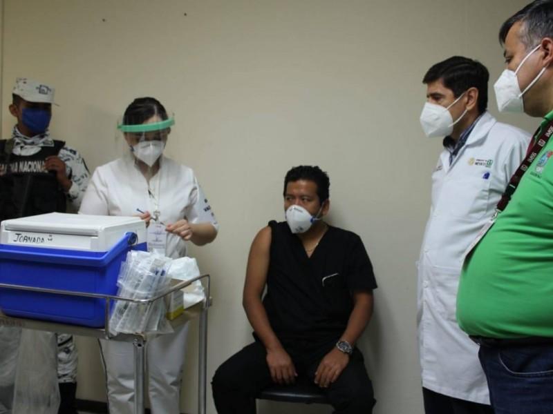 """""""Una experiencia histórica"""": Gabriel, médico vacunado contra covid en Xalapa"""