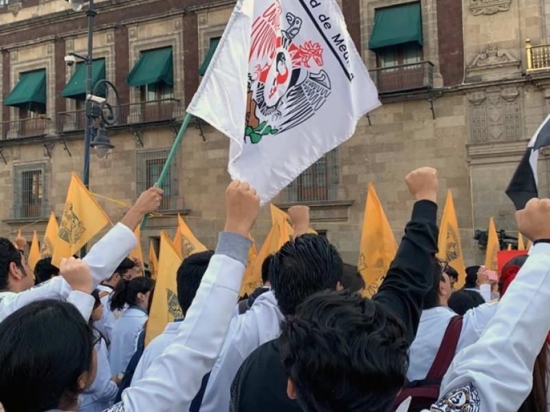 Universitarios protestan frente a Palacio Nacional