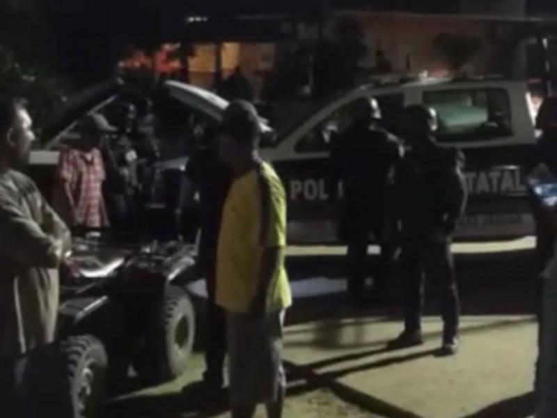 UPOEG Petatlán bloquea carretera, piden liberación de compañero