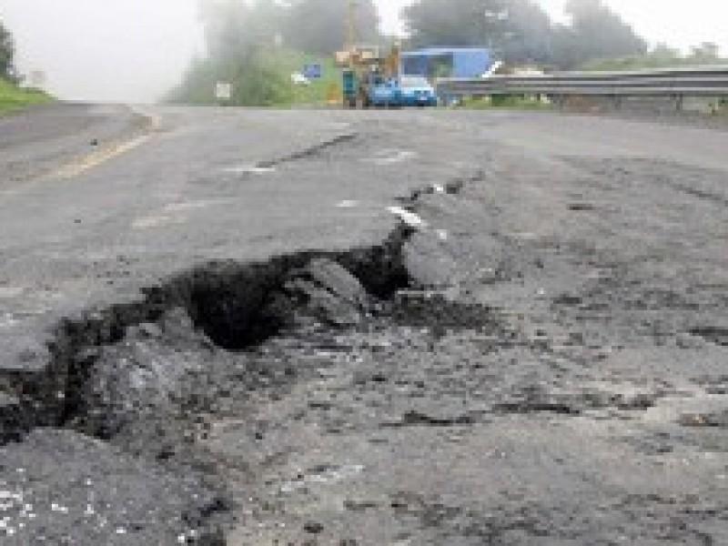 Urge AMLO a gobernadores a reparar carreteras