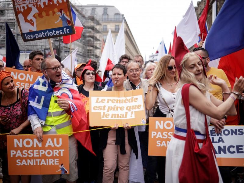 Vacunación obligatoria en Francia, ciudadanos deberán acreditarlo
