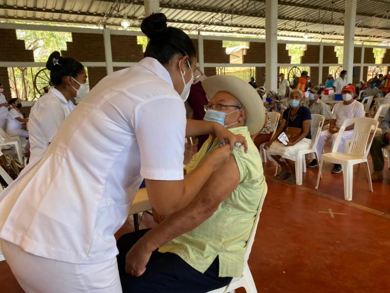 Vacunan a 3 mil 320 adultos mayores de Petatlán