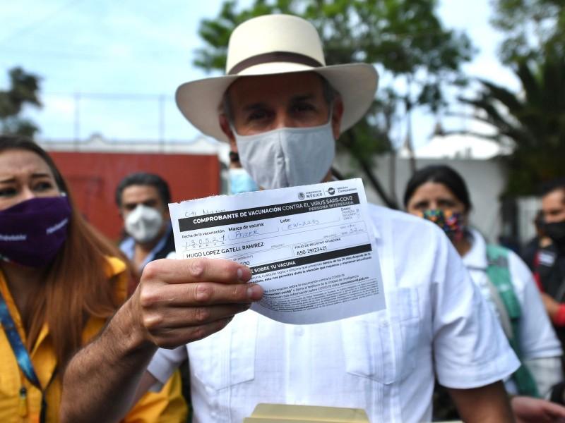 Vacunan a Hugo López-Gatell contra Covid-19