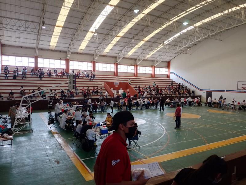 Vacunan a personas de 18-29 años en Coatepec