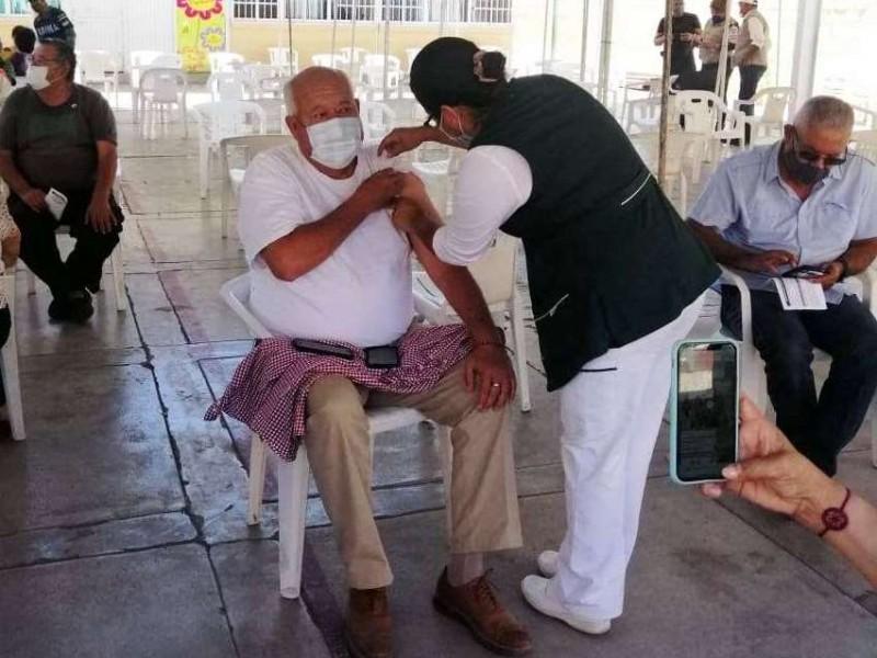 Vacunan a Victor Castro contra el Covid19