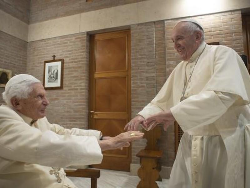 Vacunan contra Covid al papa Francisco y a Benedicto XVI