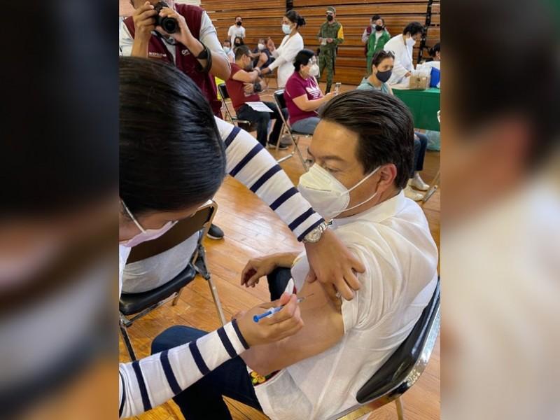 Vacunan al Presidente Nacional de Morena, Mario Delgado contra Covid-19