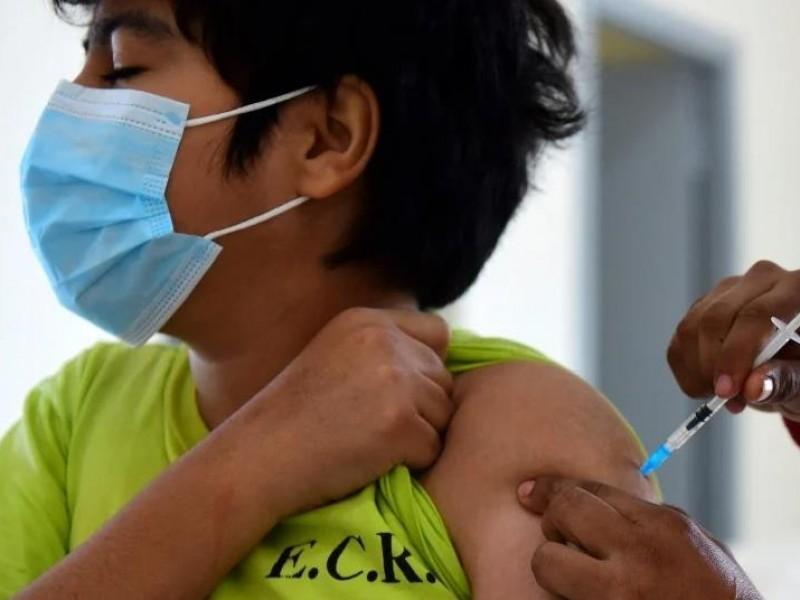 Vacunan contra COVID-19 a 475 menores en Xalapa