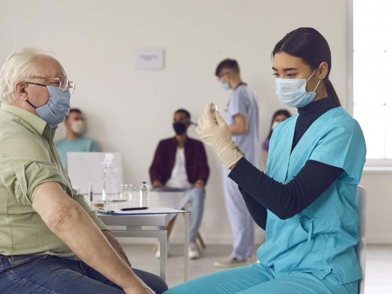 Vacunas contra Covid podrán conseguirse en farmacias de EU