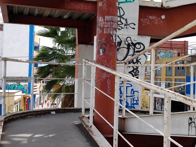 Vandalizado y olvidado puente peatonal de la loma