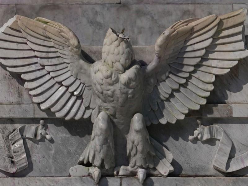 Vandalizan águila republicana del Hemiciclo a Juárez
