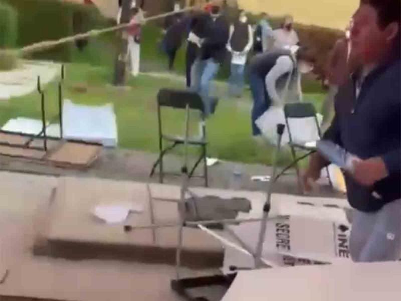 Vandalizan casilla en Metepec, intentan llevarse material electoral
