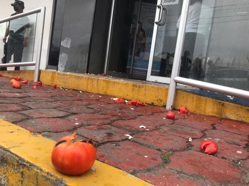 Vandalizan con tomates y huevos oficinas de Grupo Mas