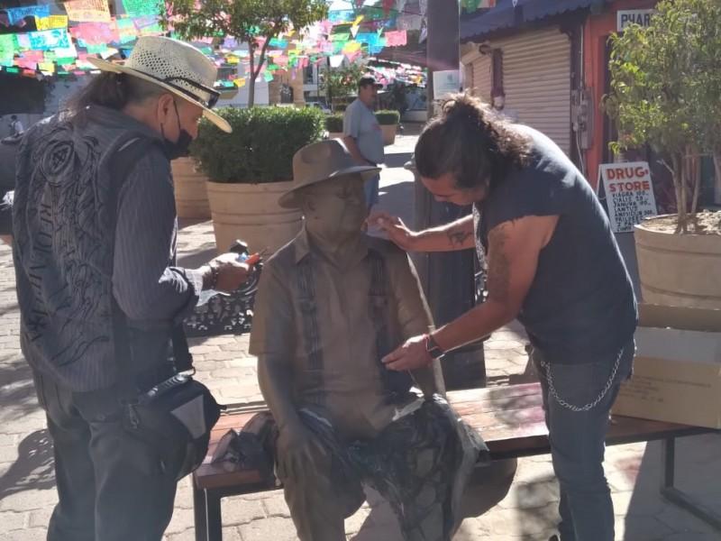 Vandalizan estatua de escritor Óscar Monroy Rivera