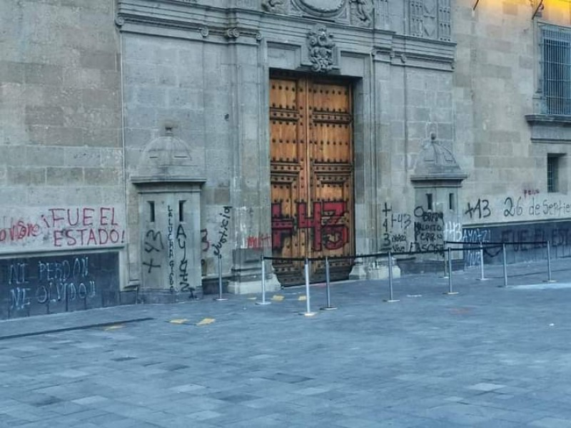 Vandalizan puerta de Palacio Nacional