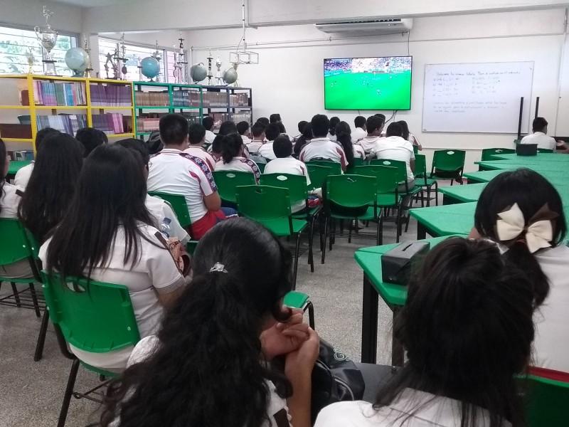 Varias escuelas de Tuxpan vieron el partido México-Suecia