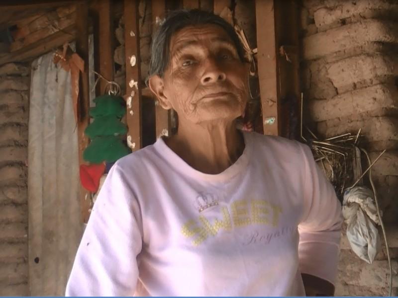 Vecina de Capohuiza sobrevive bajo probreza extrema