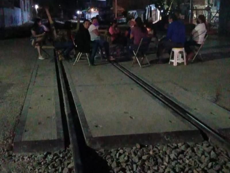 Vecinos bloquean paso en vías de Siervo de la Nación