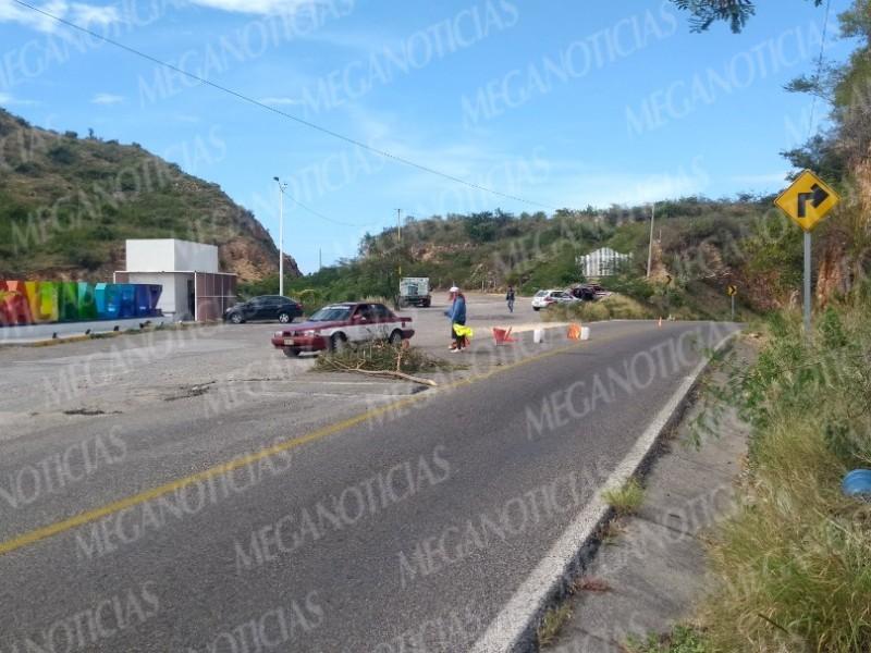 Vecinos construyen tope en carretera costera