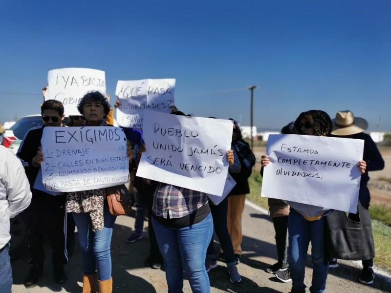 Vecinos de El Carrizo realizan bloqueos parciales de la México15
