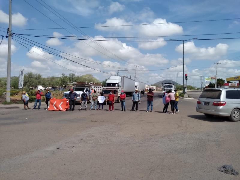 Vecinos de invasión bloquean bulevares para exigir abasto de agua