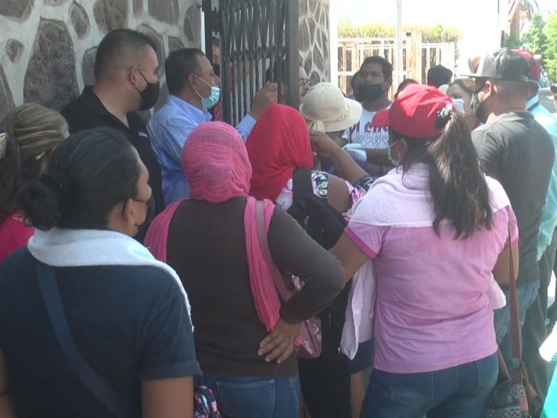 Vecinos del Saneal bloquean las instalaciones de OOMAPAS Navojoa