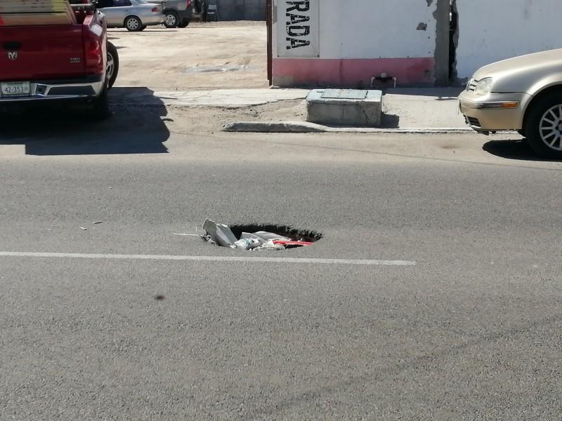 Vecinos denuncian socavón en calle Colima