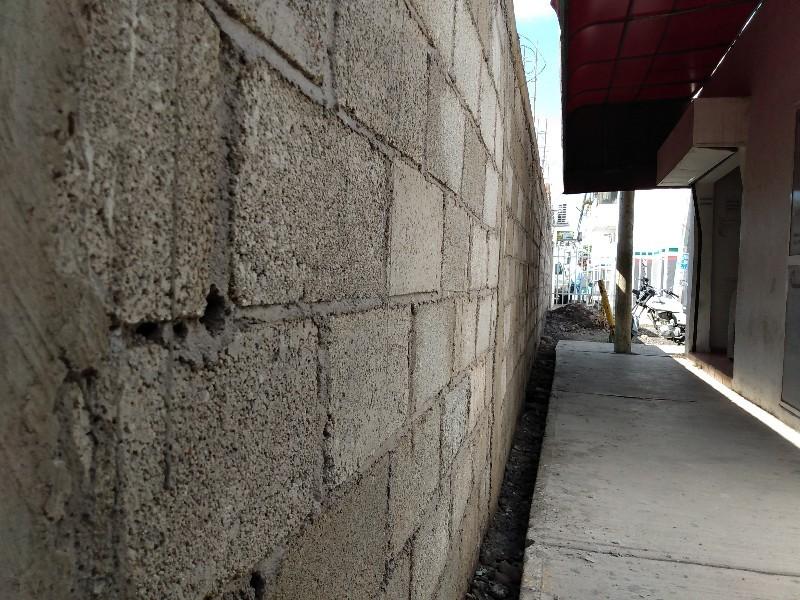 Vecinos piden se derribe el muro de tránsito