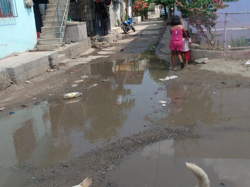 Vecinos reparan fuga ante desatención del SAP en Tehuantepec