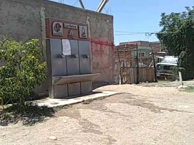 Vecinos reportan falta de mantenimiento en suministros de agua
