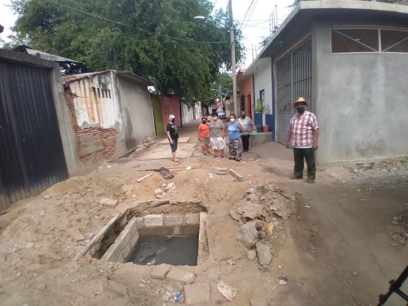 Vecinos se unen para exigir atención a drenaje colapsado; Guichivere