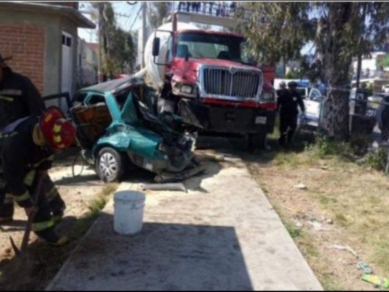 Vehículo sin frenos provoca carambola en Atizapán
