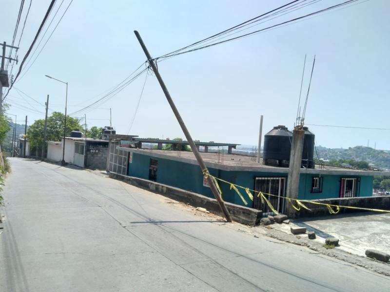 Vehículos dañan poste en Barrio Espinal, vecinos exigen atención