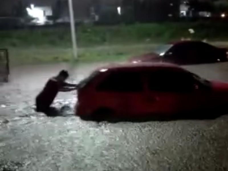 Colima: vehículos y viviendas inundadas, vialidades cerradas; saldo de tormenta