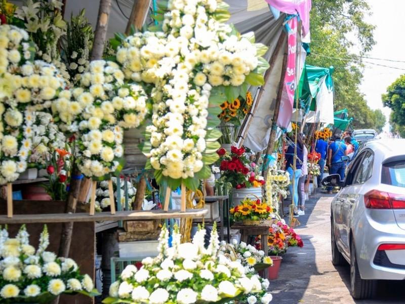 Vendedores de flores incrementan ventas por reapertura de panteones